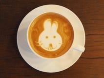 Arte del caffè del Latte sullo scrittorio di legno Immagine Stock Libera da Diritti