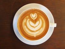 Arte del caffè del Latte sullo scrittorio di legno Fotografia Stock Libera da Diritti