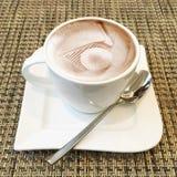 Arte del cappuccino in una tazza di caffè Fotografie Stock Libere da Diritti