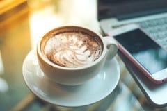 Arte del chocolate caliente con las tazas de café y los teléfonos móviles Imagen de archivo