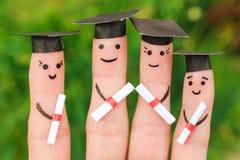 Arte del dito degli studenti che tengono il loro diploma dopo la graduazione Immagine Stock