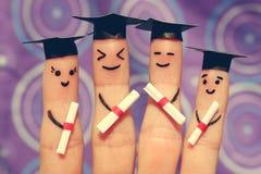 Arte del dito degli studenti Laureati che tengono il loro diploma dopo la graduazione Immagini Stock