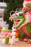 Arte del dragón y del niño en templo Fotos de archivo