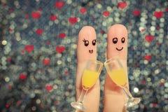 Arte del finger de un par feliz Pares que hacen buena alegría Dos vidrios de champán Día de tarjeta del día de San Valentín Imagen de archivo libre de regalías