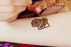 Arte del hennè sulla mano della donna Immagine Stock Libera da Diritti