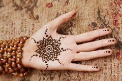 Arte del hennè sulla mano della donna Immagini Stock Libere da Diritti