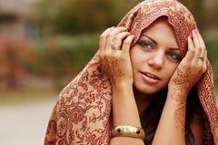 Arte del hennè sulla mano della donna Fotografie Stock Libere da Diritti