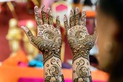 Arte del hennè sulle mani Fotografie Stock Libere da Diritti