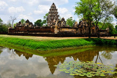 Arte del Khmer del castillo de la piedra del thom del kok de Sadok con la charca de la reflexión, Tailandia Imágenes de archivo libres de regalías