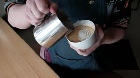 Arte del latte del caffè che fa dal barista archivi video
