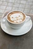Arte del Latte del caffè come orso sveglio per il biglietto di S. Valentino Fotografia Stock Libera da Diritti