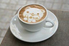 Arte del Latte del caffè come orso sveglio per il biglietto di S. Valentino Fotografie Stock Libere da Diritti