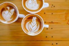 Arte del latte del caffè sull'albero di legno della tavola Immagini Stock