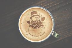 Arte del latte della tazza di caffè sulla tavola di legno Forma della schiuma di pupazzo di neve fotografia stock libera da diritti