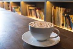 Arte del latte della tazza di caffè sulla tavola di legno Fotografia Stock