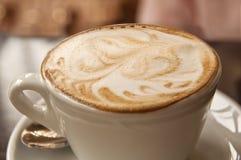 Arte del latte di Cappucino - caffè spumoso con il modello sulla cima fotografie stock libere da diritti