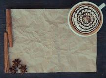 arte del latte en fondo de papel arrugado Imágenes de archivo libres de regalías