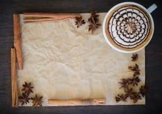 arte del latte en fondo de papel arrugado Imagenes de archivo
