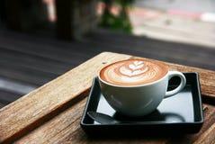 Arte del Latte en la tabla de madera Imagen de archivo