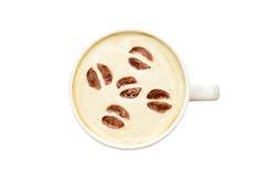 Arte del Latte - tazza di caffè isolata con i fagioli immagini stock libere da diritti