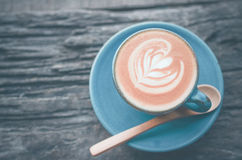 Arte del Latte, tazza di caffè blu su fondo di legno Fotografia Stock Libera da Diritti