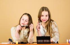 Arte del maquillaje Explore los cosm?ticos empaquetan concepto Sal?n y tratamiento de la belleza Apenas como jugar con maquillaje fotografía de archivo libre de regalías