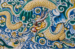Arte del moldeado del dragón en la pared fotografía de archivo