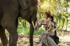 Arte del retrato de la mujer y muchacha y elefantes hermosos Imagen de archivo libre de regalías