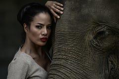Arte del retrato de mujeres y de elefantes hermosos Foto de archivo