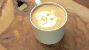 Arte della schiuma del caffè dell'orso video d archivio