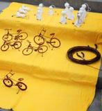Arte della via: bicicletta fatta con cavo ed i piccoli fantasmi immagini stock libere da diritti