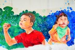 Arte della via di Ipoh: Due bambini che soffiano le bolle Fotografia Stock