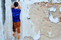 Arte della via di Ipoh: Un ragazzo che gioca nascondino Fotografie Stock