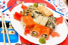 Arte di Fud dell'acqua Sushi giapponesi su un piatto bianco Fotografia Stock Libera da Diritti