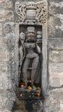 Arte di pietra storica d'annata dei indiani in un tempio indiano indù antico Immagine Stock