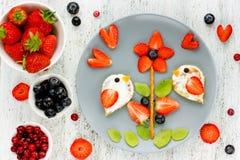 Arte do alimento do verão para crianças - a imagem comestível na placa com fresco seja imagens de stock royalty free