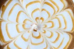 Arte do café do Latte com caramelo na superfície fotografia de stock