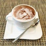 Arte do cappuccino em um copo de café Fotografia de Stock Royalty Free