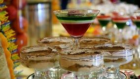Arte do chapeamento do alimento geleia doce colorido e souffle da sobremesa do fruto do prato no vidro jantar comemorativo do cas video estoque