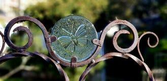 Arte do jardim - borboleta do vidro e do ferro fotografia de stock royalty free