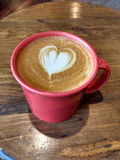 Arte do Latte, café com um projeto criativo do coração no leite cozinhado Foto de Stock