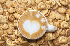 Arte do Latte e biscoitos saborosos Imagem de Stock Royalty Free