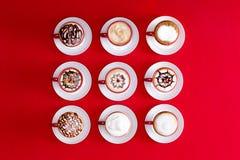 Arte do Latte em um fundo vermelho Imagem de Stock