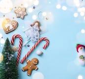 Arte do Natal; Ornamento dos feriados do Natal no fundo azul imagens de stock