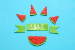 Arte dolce dell'anguria di estate Fette rosse e succose su fondo blu fotografia stock