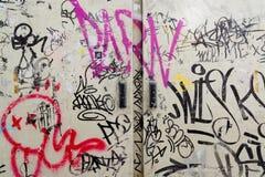 Arte dos grafittis pintada na construção velha do abandono Foto de Stock Royalty Free