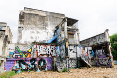 Arte dos grafittis pintada na construção velha do abandono Fotografia de Stock Royalty Free
