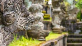 Arte e cultura tradicionais da escultura da pedra do Balinese em Bali, Indonésia fotografia de stock