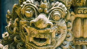 Arte e cultura tradicionais da escultura da pedra do Balinese em Bali, Indonésia foto de stock