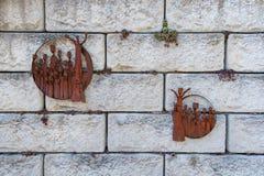Arte e flora em uma parede de pedra fotos de stock royalty free